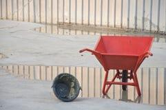 De concrete wielkruiwagen met kan Stock Fotografie