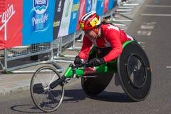 De concurrent van de vrouwenrolstoel op de Maagdelijke Marathon 2013 van Londen Stock Afbeelding