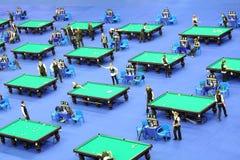 De concurrenten spelen biljart bij VII Internationale Kop van het Kremlin van Biljarttoernooien Stock Fotografie