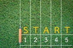 De concurrentieconcept met tekening van renbaan op groen gras Stock Foto