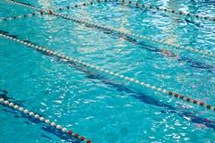 De concurrentiepool met Blauw Water stock foto