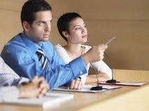 De Conferentiezaal van zakenmangiving presentation in Stock Afbeeldingen