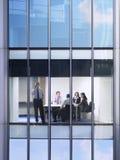 De Conferentiezaal van zakenmanusing cellphone in Stock Foto