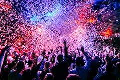 De confettien van de overlegmenigte het dansen lichten stock foto's