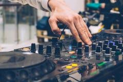 De console van DJ op de prestatiespartij Creërend muziek en stemmend DJ royalty-vrije stock fotografie