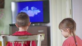 De console van het spelvideospelletjes van kinderenjonge geitjes jongen en meisjesspel online de spelen stock video