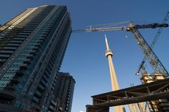 De construction de chantier le centre ville dedans de Toronto avec la tour et les grues de NC photos libres de droits