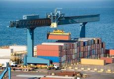 De container van de lading op vrachtwagen in haven stock foto