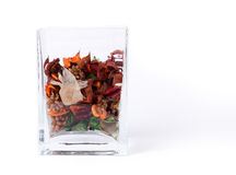 De container van het glas welriekend mengsel van gedroogde bloemen en kruiden Stock Foto's