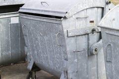 De container van het metaalafval met wielen Drie lege huisvuilbak De bak van het huisvuil royalty-vrije stock foto's