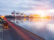 De container van het vrachtwagenvervoer Stock Fotografie