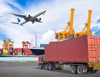 De container van het vrachtwagenvervoer en cagovliegtuig die boven schiphaven vliegen Royalty-vrije Stock Afbeeldingen