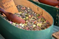 De Container van het welriekend mengsel van gedroogde bloemen en kruiden Stock Foto's