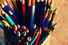 De container van kleurenpotloden op bureau royalty-vrije stock afbeelding