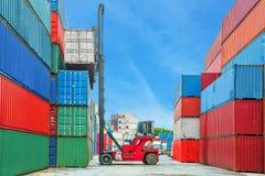 De containerdoos van het kraanheftoestel het behandelende laden aan vrachtwagen royalty-vrije stock afbeelding