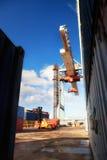 De containers van de kraanlading in de haven Royalty-vrije Stock Fotografie