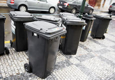 De containers van het huisvuilvuilnisbakken van de stad Stock Afbeelding