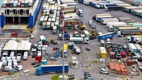 De containers van het vrachtwagenvervoer aan commerciële haven stock video