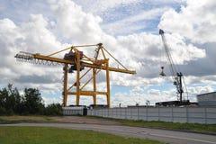 De containers van de kraanlader in de haven van Kronstadt stock afbeeldingen