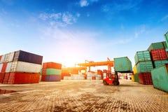 De containerterminal bij schemer Royalty-vrije Stock Foto