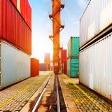 De containerterminal bij schemer Stock Afbeeldingen