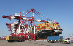 De Containerterminal van de Qingdaohaven Stock Foto