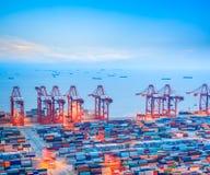 De containerterminal van Shanghai bij schemer Stock Afbeeldingen