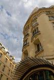 De contouren aangegeven van flatgebouw in Parijs stock afbeeldingen