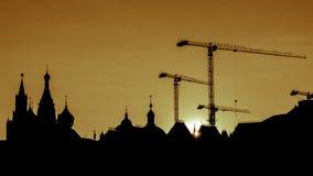 De contouren van de Rode Vierkante torens en de bouwkranen in Moskou royalty-vrije stock afbeelding