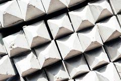 De contractanten plaatsen voor de opslag van zich het gebeëindigde concrete opstapelen uit elkaar Royalty-vrije Stock Foto's