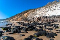De Contrasten van de Helling van het Zand van de Rotsen van het strand Royalty-vrije Stock Fotografie