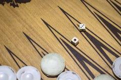 De contrastspruit van dobbelt van backgammon onder schemerig licht royalty-vrije stock foto