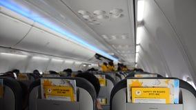 De controle en de Passagier van de luchtstewardess bereiden veiligheid en neatness vóór vliegtuigstart voor stock video
