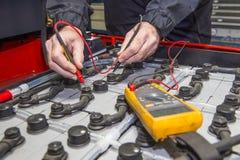 De controle van de vorkheftruckbatterij royalty-vrije stock afbeeldingen