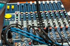De controle van DJ, volumecontrole, materiaal voor partijen aan DJ headphon Stock Fotografie