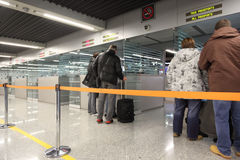 De controle van het paspoort bij de luchthaven. Royalty-vrije Stock Afbeelding