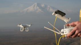 De controle vliegende hommel van mensenhanden dichtbij berg stock videobeelden