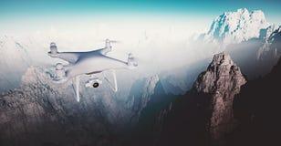 De Controlehommel van foto Witte Matte Generic Design Modern Remote met camera die in Hemel onder het Aardoppervlak vliegen groot Stock Fotografie
