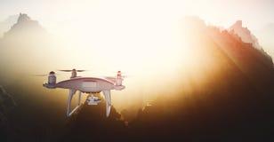De Controlehommel van foto Witte Matte Generic Design Modern Remote met camera die in Hemel onder het Aardoppervlak vliegen groot Stock Afbeelding
