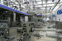 De controlekleppen van de temperatuur en pijpen in moderne zuivelfabriek stock afbeeldingen