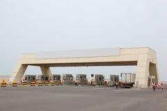 De controlepost van de veiligheid op weg aan haven Stock Foto