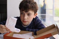 De controlerekening van de tienerjongen na diner in pizzeria stock foto