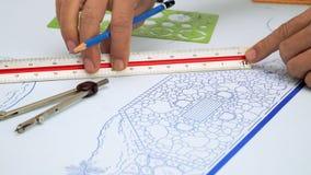 De controleschaal van de landschapsarchitect van het plan van het de tuinontwerp van de Blauwdrukbinnenplaats stock videobeelden