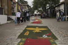De Corpus Christitapijten verrukken gelovigen en toeristen in Embu DA royalty-vrije stock fotografie
