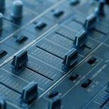 De correcte mixer van DJ met knoppen en schuiven Royalty-vrije Stock Foto