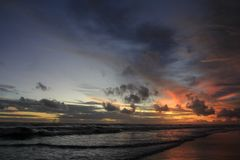 De couchers du soleil ciel partiellement encore bleuâtre Photos libres de droits