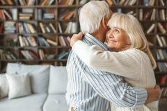 De couples étreindre supérieur de danse de salle de bal de danse de concept de retraite ensemble à la maison gai Photographie stock