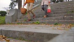 De couples escaliers vers le bas en parc Couples dans d'amour des escaliers vers le bas faits en pierre tenant des mains Jeunes b Photos stock