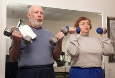 de couples fonctionnement aîné adulte à l'extérieur Image libre de droits