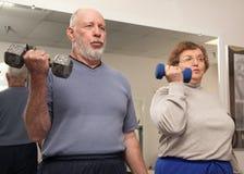 de couples fonctionnement aîné adulte à l'extérieur Photo stock